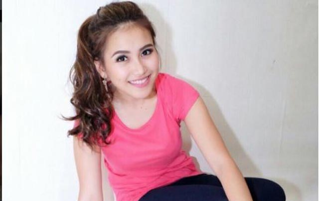ayu ting ting kembali mencuri foto endorse online shop lain. Black Bedroom Furniture Sets. Home Design Ideas